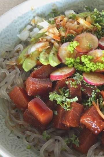 Poke de atún ahumado y fideos de batata