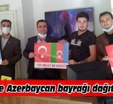 Türk ve Azerbaycan bayrağı dağıttılar
