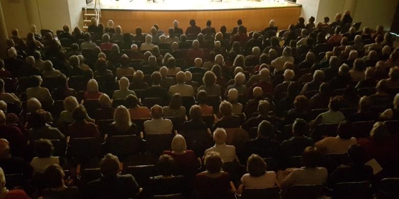 Blick in den gut gefüllten Festsaal des Wolf-Ferrari-Hauses