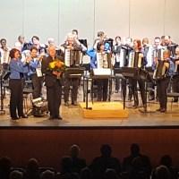 """Im Finale wurde """"Das Phantom der Oper"""" von allen Spielerinnen und Spieler gemeinsam gespielt. Dirigent Max Straußwald erhält zum Abschluss einen Blumenstrauß."""