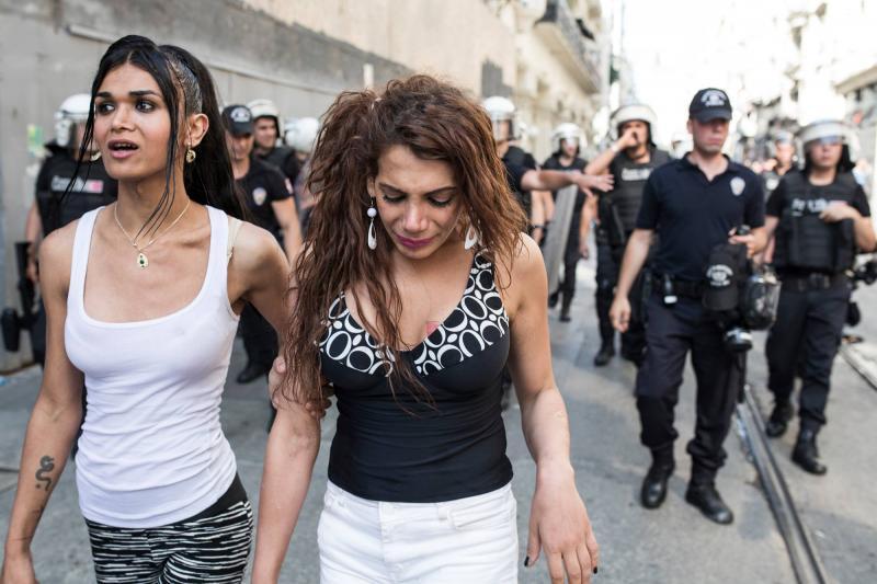 Hande Kader (desno)