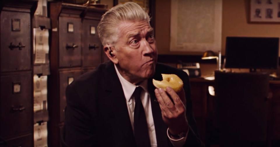 Specijalni agent Gordon Cole (David Lynch) jede donut u najavi za novu sezonu Twin Peaksa, 2017.