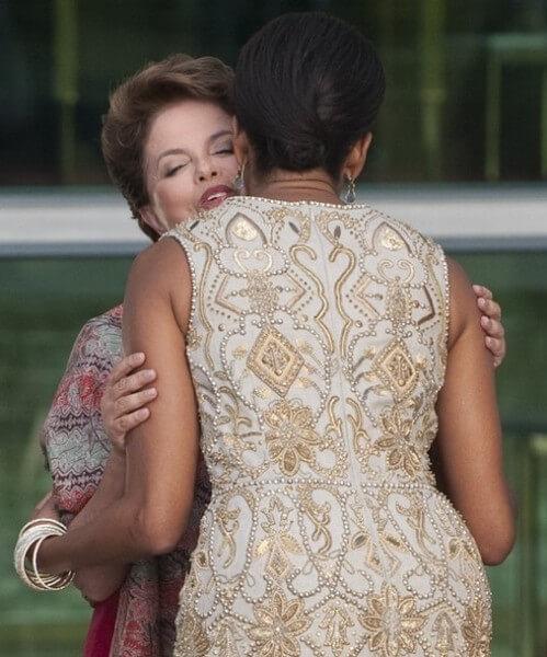 Michelle Obama, la pauvre, qui est comdamnée à faire le jeu , alors que nous pensions qu'elle fut femme de caractère