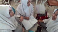Siswa membaca beberapa buku