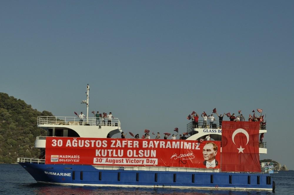 Marmaris'te 30 Ağustos Zafer Bayramı denizde, karada ve havada bayraklar ile kutlandı