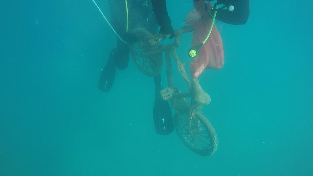 Denizden bisiklet çıktı, dalgıçlar şaşırdı