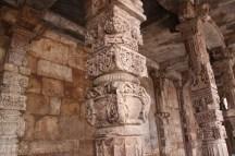 qutub-minar-coloane-sculptate-detaliu.jpg
