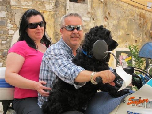 Grieķu ģimene dodas mājup no darba