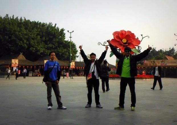 Di depan pintu masuk Splendid China
