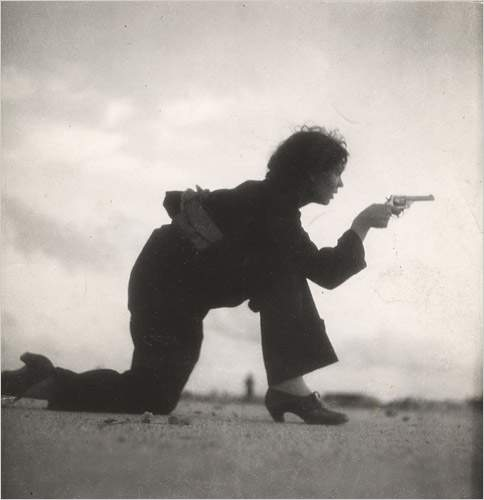 Miliciana republicana entrenando en 1936 [Foto: Gerda Taro vía WikimediaCommons]