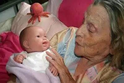 muñeco-terapia-anciano