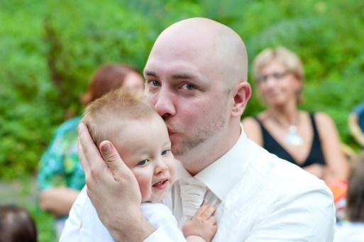 Der Bräutigam mit seinem kleinen Sohn im Arm