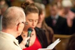 Der Pfarrer hält sogar das Mikro für die Glückwünshe der Hochzeitsgesellschaft