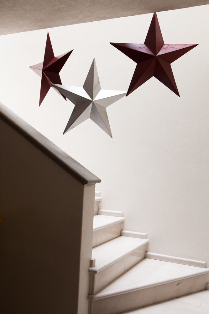 Diy 4 adornos espectaculares para navidad mujer de 10 for Escalera madera adorno