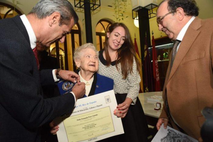 Fernanda Pozo, y su nieta Fernanda Tirado, recibiendo el título que la acredita como Licenciada en Química, 75 años después de haber iniciado los estudios. Foto: OMEGA/UMU.