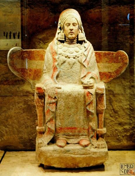 La Dama de Baza. Cultura ibérica. Pieza arqueológica de piedra caliza, hallada en la Necrópolis del Cerro del Santuario (en Baza, provincia de Granada), en la sepultura 155