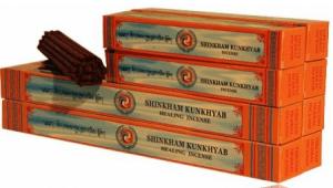 """Incienso Tibetano Shingkham Kun Khyab Healing - grandeDescripción: Shingkham Kun Khyab es probablemente el mejor entre el incienso de la categoría Tashi Lhunpo. Y el único incienso en el catálogo con un refinado aroma de bayas silvestres, profundo y persistentes. Al igual que en muchas varitas rojas, la parte central se compone de una mezcla de hierbas que le dan a este incienso un aroma intenso y en el caso del incienso Shingkham Kunkhyab Healing el perfume es casi perfecto. Los que han gustado este incienso, dicen que la fragancia les recuerda al perfume de un """"mañana después de la lluvia, de hecho es una imagen que se presenta mientras este incienso se quema, con su suave olor a humedad. También hay un toque de cerezas frescas, pero nunca demasiado dulce.El incienso Tibetan Shingkham Kunkhyab Healing Herbal se prepara con diferentes hierbas provenientes de las regiones altas del Himalaya y otras plantas del sur de la India. Y 'se hizo siguiendo un antigua receta tibetana. Este incienso a base de hierbas está indicado para diversos trastornos y para mejorar la claridad mental. Se utiliza generalmente para las ceremonias religiosas, las sesiones de meditación, purificaciones del medio ambiente y para refrescar el aire dentro del hogar.No es tóxico y su uso diario es de gran beneficio. Contenido: ± 28 varitas de 15 cm.Peso: 85 g; Tamaño: 27 cmGastos de Envio e IVA no incluidos. Incienso Tibetano Shingkham Kun Khyab Healing - grande"""