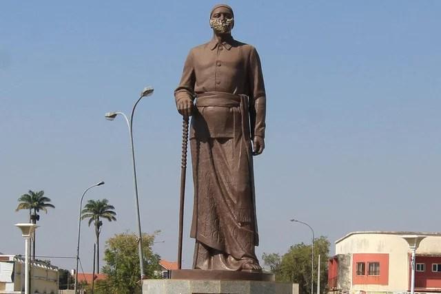 Photo of Covid-19: Estátua do rei Ekuikui com máscara facial