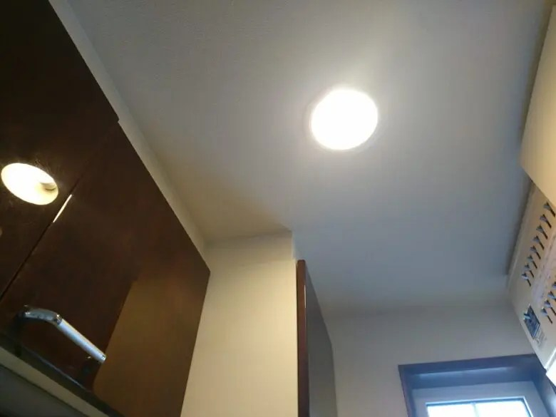 洗面所にダウンライトは暗い?室内物干しや扉が当たらないようにするには必須