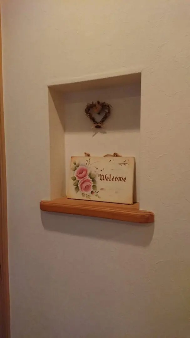 家作りのだいご味。クロスで部屋を自分好みにカスタマイズ、薄い花柄を使った部屋