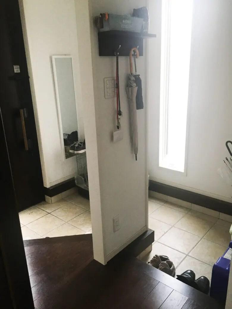 玄関に靴を隠す壁を設置。デザインに凝ったために実用性を軽視しすぎた家