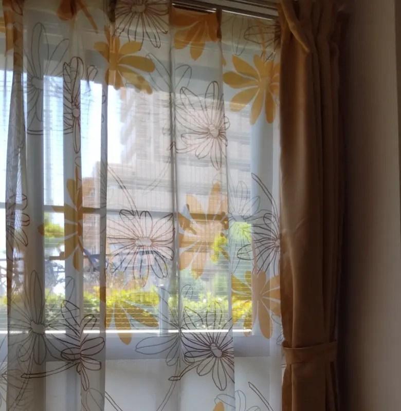 セット販売でお得。ボタニカル柄の透け感と清涼感のあるボイルレースカーテンに技あり