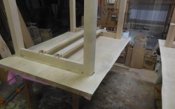 テーブルの脚・幕板組み立て
