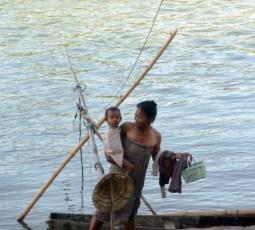 Laos, Don Det, la mère et l'enfant le long du Mékong
