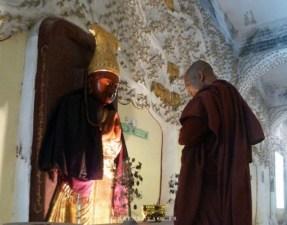 Mandalay Hill Moine priant