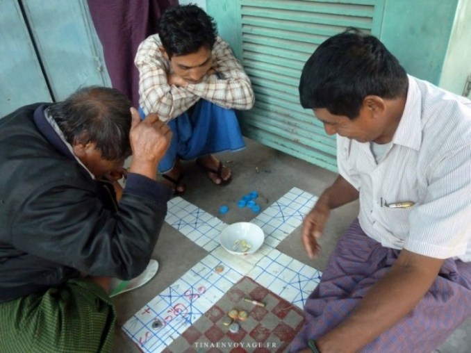 Mandalay jeu dans la rue