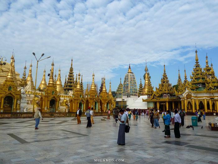 Myanmar, Birmans et touristes à La Pagode Shwedagon
