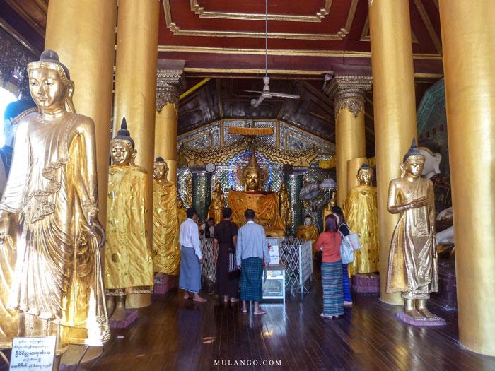 Myanmar, Yangon La Pagode Shwedagon dans l'un de ses Temples