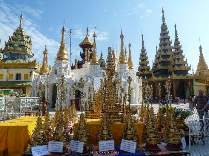 Myanmar, La Pagode Shwedagon, exposition d'ombrelles