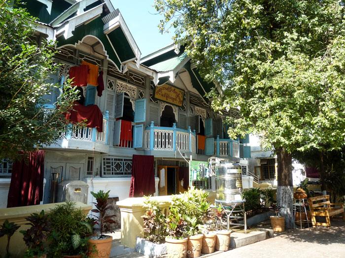 Myanmar, Yangon, maisons des moines à la Pagode Shwedagon
