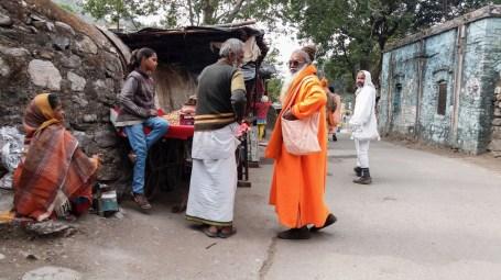 Un yogi dans les rues de Rishikesh, entouré de locaux