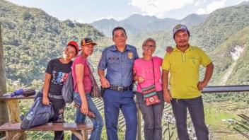 A Batad, aux Philippines, je suis entourée gentiment d'un policier, d'un géomètre et deux collaborateurs, qui se déplacent pour des conflits de voisinage.