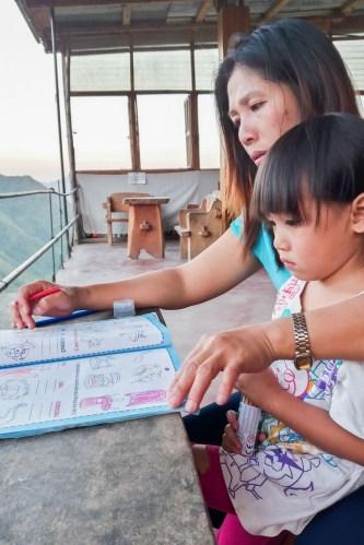 A Batad, aux Philippines, les mamans prennent en main l'éducation de leurs enfants, ici, la propriétaire de ma homestay