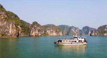 Jonque sur la Baie d'Halong Vietnam et ses paysages karstiques