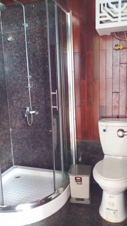 salle de bain de la jonque baie d'Halong vietnam