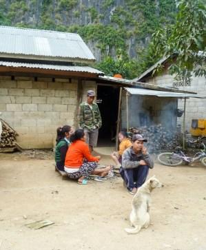 Petit déjeuner autour du feu à Nong Khiaw au Laos