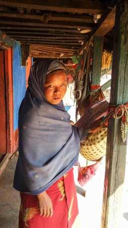 Une habitante berçant son neveu dans son hamac
