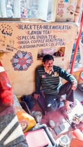 chez Chrishna's Chai et ses tagues du monde entier à Bundi