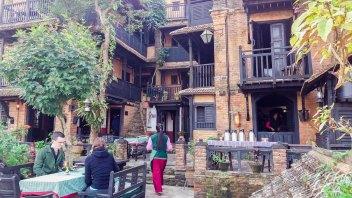 La terrasse extérieure du restaurant de L'hôtel The Old Inn à Bandipur