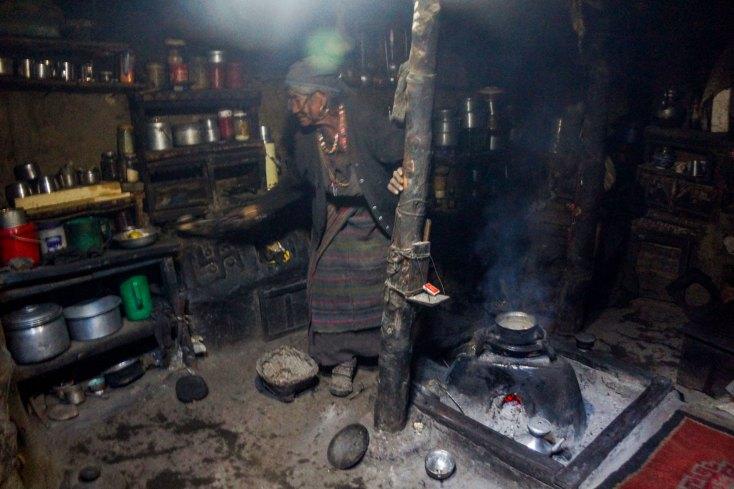 Faire la cuisine sans électricité est courant dans le Haut Mustang