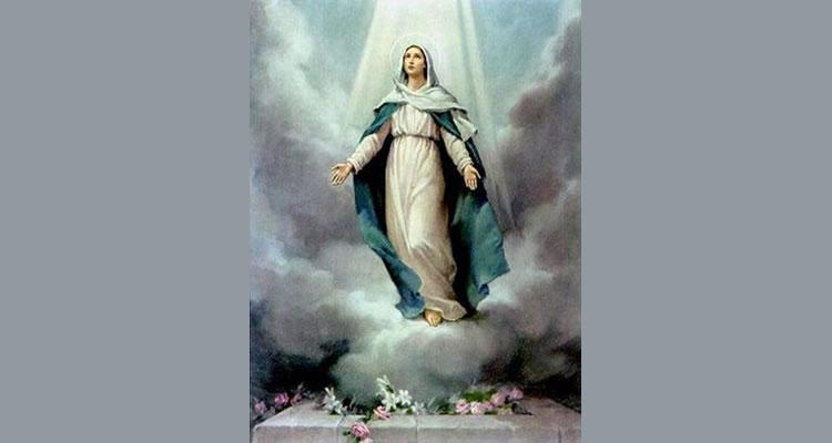 Chegada ao termo de seu exílio terreno, Ela foi glorificada, e de modo singularíssimo, na alma e no corpo. Foi levada aos céus em corpo e alma. Esta integral, extraordinária glorificação de Maria, nós a celebramos cada ano no dia 15 de agosto.