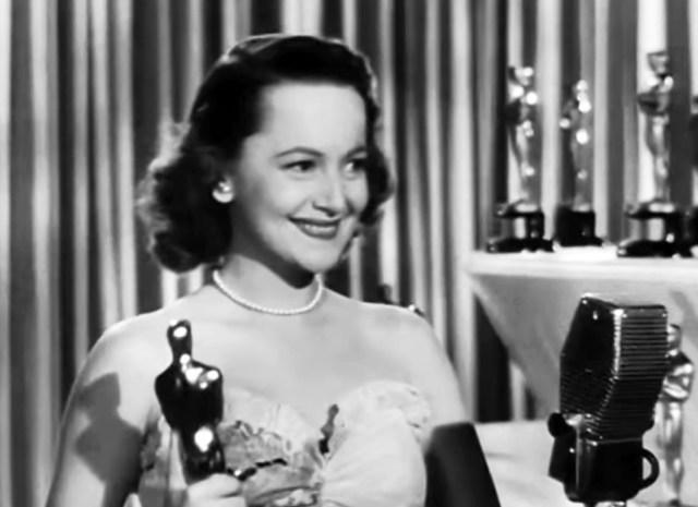 """Olivia de Havilland em 1947, recebendo o Oscar por """"Só Resta Uma Lágrima"""""""