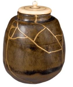 vasos de barro nas mão do oleiro