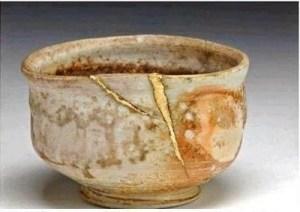 vasos de barro nas mãos do oleiro