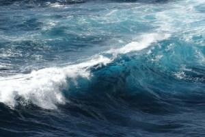 تفسير رؤية البحر الهائج في المنام