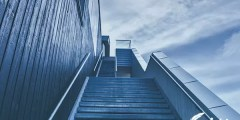 تفسير حلم سقوط طفل من الدرج